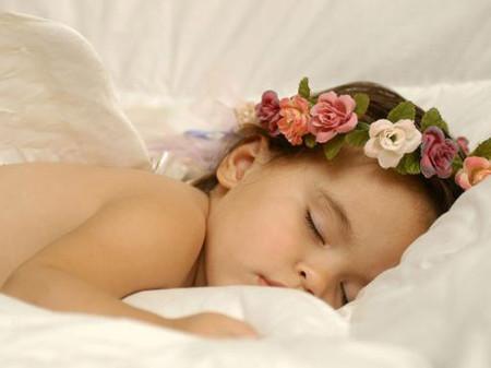 Trước khi đi ngủ, bé Nu chào tất cả mọi người.