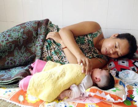 Mẹ con chị Nhi tại Bệnh viện đa khoa Sóc Trăng chiều 11/3.