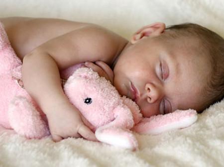 Có nhiều nguyên nhân dẫn đến việc bé trằn trọc khi ngủ.