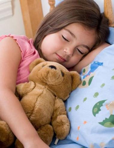 Việc ngủ không đủ giấc, không đúng giờ có thể ảnh hưởng đến sự phát triển hành vi, thể chất của trẻ.