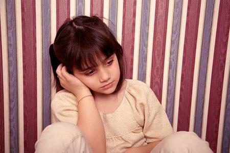 Trẻ buồn bã hầu như suốt cả ngày.