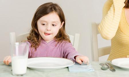 Uống sữa có đủ thay thế bữa sáng cho trẻ?