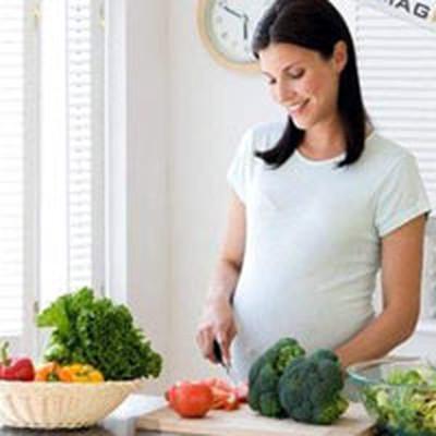 Mẹ bầu nên tạo cho mình một thói quen ăn uống lành mạnh để đảm bảo sức khỏe cho bản thân và thai nhi.