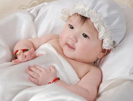 Nếu những phản ứng của bé không nhạy bén, bạn phải kịp thời hỏi bác sĩ chuyên khoa nhi để sớm phát hiện vấn đề.