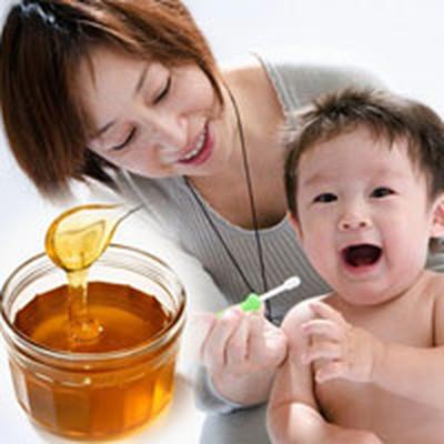 """Mật ong là loại thực phẩm nằm trong danh sách """"cấm"""" đối với trẻ dưới 1 tuổi."""