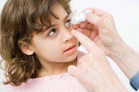 Vào mùa xuân, trẻ thường bị các bệnh về mắt.