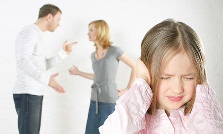Nỗi buồn trẻ con khi nghe bố mẹ to tiếng với nhau.