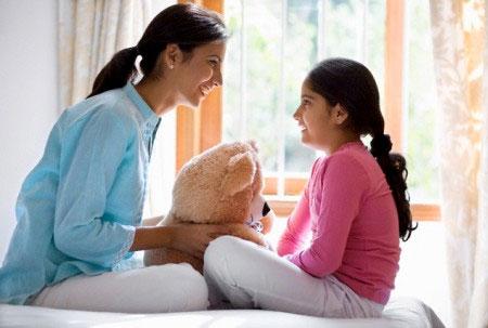 Cha mẹ cần nói chuyện với trẻ về vấn đề giới tính tùy theo độ tuổi và trình độ hiểu biết của bé.
