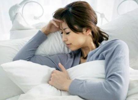 Phụ nữ sau sinh bị hội chứng Sheehan biểu hiện mệt mỏi, ăn uống kém, mất tập trung.