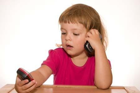 Dùng điện thoại di động có hại gì cho trẻ?