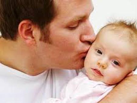 Bé mới 5 ngày tuổi bị u nang buồng trứng.