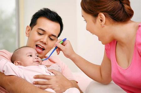 Bố nên dạy con thế nào khi bé mới 4 tháng?