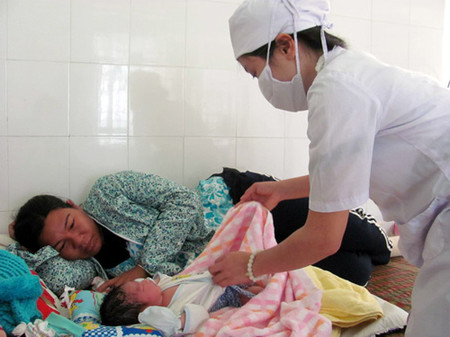 Chăm sóc trẻ sơ sinh tại Trung tâm y tế huyện Vân Canh.