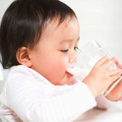 Giáo viên của trường đã cho thuốc ho vào sữa của trẻ.