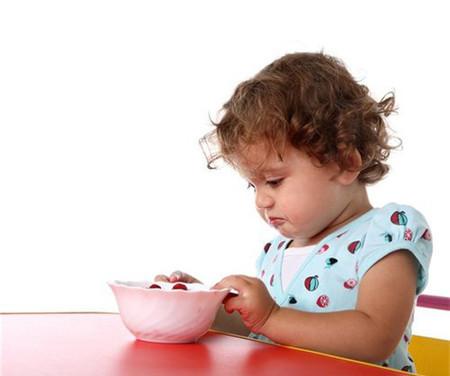 Thiếu iốt ở trẻ em sẽ gây chậm phát triển trí tuệ, chậm lớn, nói ngọng, nghễnh ngãng...