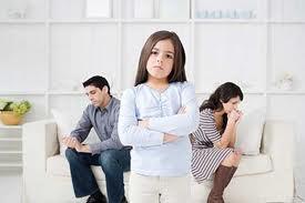 Trẻ bắt chước những hành vi ứng xử hàng ngày của bố mẹ.
