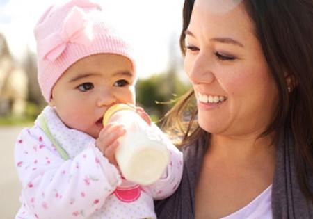 Sau khi bé tròn 1 tuổi, cha mẹ cần cho bé một chế độ dinh dưỡng đa dạng hơn để đảm bảo bé được phát triển toàn diện.