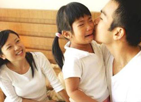 Khi thấy trẻ khóc, bố mẹ thương quá lại quay ra dỗ dành con thì việc phê bình con sẽ vô tác dụng.