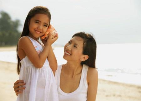 Cần tiếp cận con tích cực bằng cách lắng nghe để thu nhận toàn bộ thông tin mà trẻ muốn truyền tải.