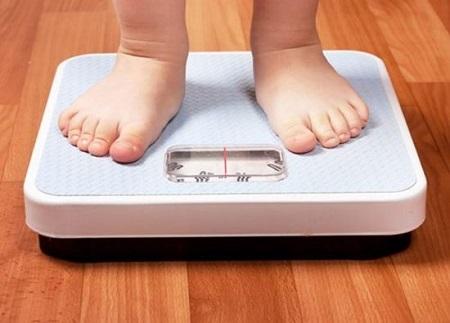 Trẻ cần được theo dõi cân nặng thường xuyên.