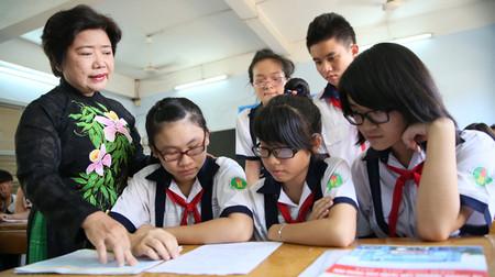 Cô Vũ Thị Thanh Trà, giáo viên chủ nhiệm lớp 9/1 Trường THCS Lê Lợi, Q.3, TP.HCM, hướng dẫn học sinh ghi hồ sơ dự thi kỳ thi tuyển sinh lớp 10 năm 2013.