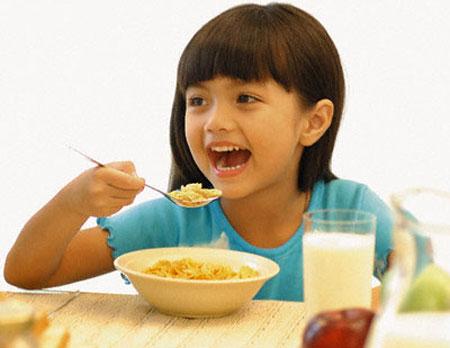 Cha mẹ có thể khen khi bé tự xúc ăn nhưng không nên khen về những gì trẻ ăn được.