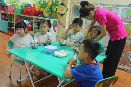 Hằng ngày ở các trường mầm non, dù nhiều tiền hay ít tiền, phụ huynh vẫn mặc cho con quần áo ngủ để đi học.