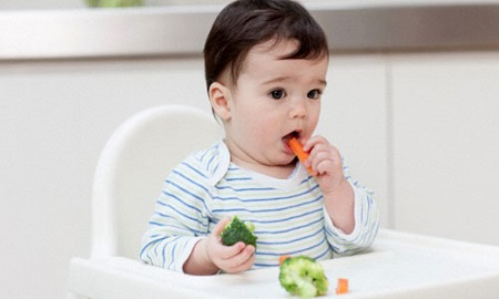 Bé được 7-9 tháng tuổi mẹ nên tập cho bé ăn bốc.