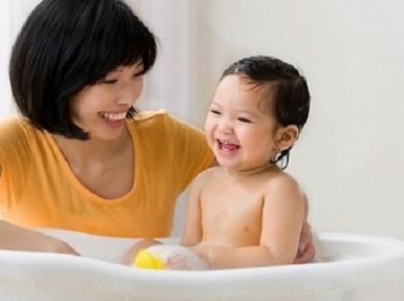 Khi trẻ nổi ban nhiệt phải chăm sóc đúng và theo dõi cẩn thận, không tự ý điều trị theo kinh nghiệm.