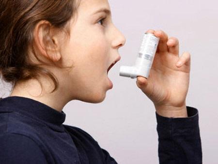 Trẻ hen suyễn cần điều trị dự phòng bằng thuốc và được xử trí tại nhà đúng cách khi lên cơn.