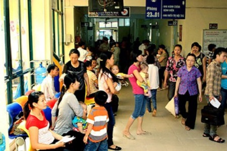 Nhiều trẻ đến khám, điều trị bệnh hô hấp, tiêu chảy tại BV Nhi T.Ư trong những ngày nắng nóng.