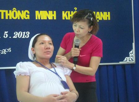 Nữ hộ sinh Mỹ Linh hướng dẫn sản phụ cách thở khi chuyển dạ.