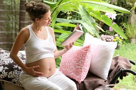 Cơ thể thai phụ thường nóng hơn người bình thường nên mang thai vào mùa hè làm chị em càng cảm thấy khó chịu hơn.