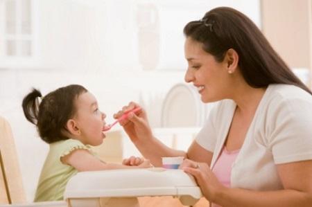 Không cho thêm bất kỳ men vi sinh hay thuốc nào vào thức ăn của bé vì các mùi vị lạ có thể làm bé bỏ ăn.