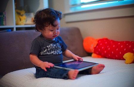 iPad của con phải nằm nhà thôi, không đi chơi được.