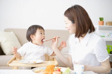 """Bữa ăn phụ của bé cũng phải khoa học và đầy đủ dưỡng chất mới có thể """"kích"""" bé phát triển chiều cao, cân nặng và trí tuệ."""
