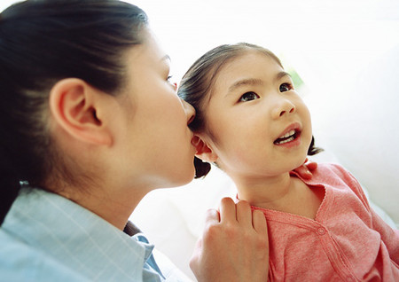 Ngay từ khi con còn bé, cha mẹ đã nên làm gương cho con về tính chân thật.