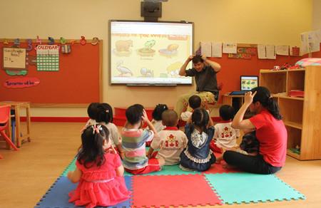 Lớp học của bé rất sạch sẽ, cơ sở vật chất tốt, thiết kế phù hợp cho trẻ lứa tuổi mầm non.