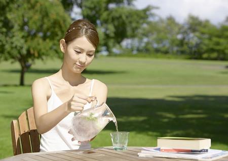 Uống nước có tác dụng thải các tạp chất trong cơ thể ra ngoài theo đường tiểu để làm sạch hệ thống tiêu hóa và tuần hoàn.