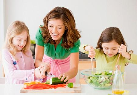 Bố mẹ nên tạo cơ hội cho con làm những việc nhỏ để tự chăm sóc bản thân.