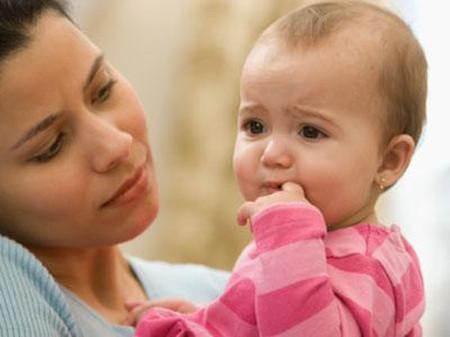 Thời tiết nóng, ẩm, các tuyến mồ hôi bị tắc nên làn da của trẻ rất dễ bị phát ban.