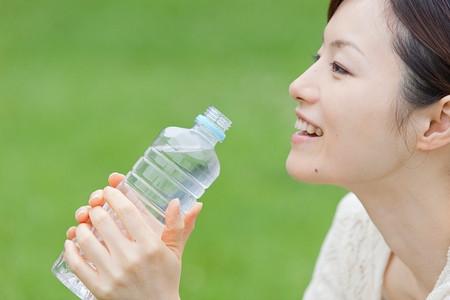 Nếu cảm thấy mệt hãy uống một cốc nước mát.