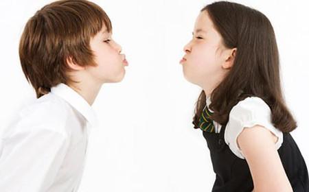 Cha mẹ thường cho rằng anh chị em bắt nạt nhau là điều vô hại.