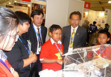 """Kim Hảo (thứ tư từ trái sang) giới thiệu sản phẩm sáng chế """"Bảng điều khiển thông minh"""" tại Triển lãm quốc tế về công nghệ, sáng kiến sáng chế năm 2013 (ITEX 2013)."""