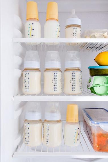 Nhiều bà mẹ chọn cách vắt sữa bảo quản lạnh để duy trì cho con bú sữa mẹ khi đi làm xa