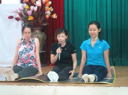 Nữ hộ sinh Mỹ Linh hướng dẫn động tác căng chân.