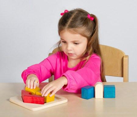 Trò chơi xếp hình giúp trẻ phát triển tư duy về không gian.