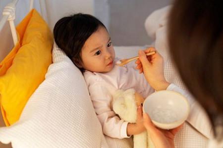 Với trẻ bị tiêu chảy, ngoài việc bù nước, điện giải thì cha mẹ cần đảm bảo cung cấp chế độ dinh dưỡng hợp lý.