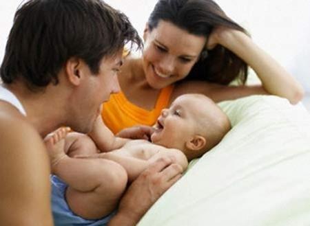 Cùng vợ chăm sóc con sẽ giúp cho tình cảm gia đình thêm bền chặt, và nên nhớ rằng ngoài cho bé bú, không việc gì vợ bạn làm được mà bạn thì không