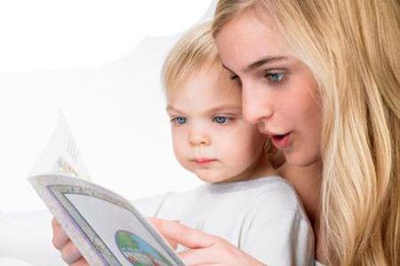 Nên tập cho trẻ thói quen xem sách từ nhỏ là một cách hiệu quả giúp bé phát triển vốn từ vựng.